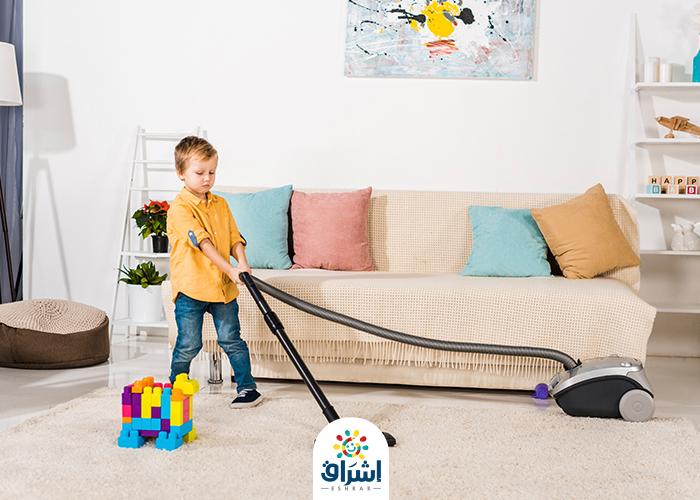 طفل ينظف منزله