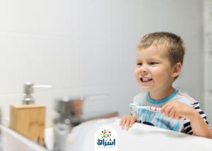 طفل يقوم بنظافة اسنانه