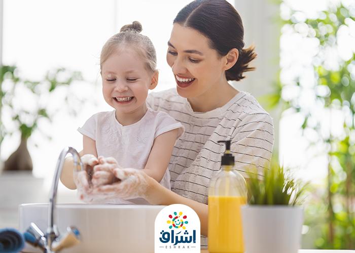 ام تعلم طفلتها كيف تغسل يدها بالماء و الصابون