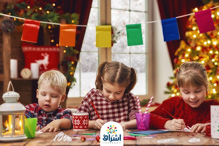 الاطفال يصنعون زينة رمضان