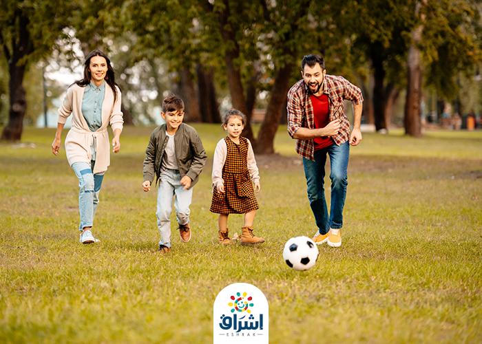 العائلة تلعب الكرة قي الصباح