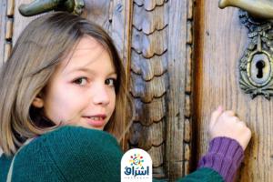 طفلة صغيرة يطرق الباب