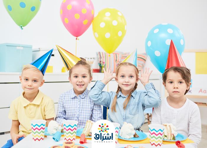 الاطفال يحتفلون بعيد الفطر و ياكلون الكعك